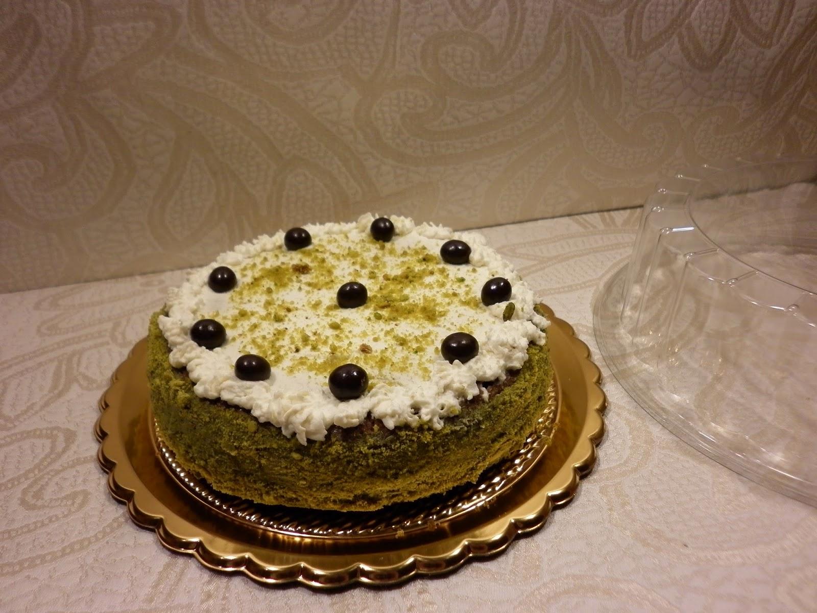 torta al caffè ripiena di crema e granella di pistacchio