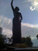 Desconocidos roban placa de bronce de la estatua de Casandra Damirón en Santo Domingo