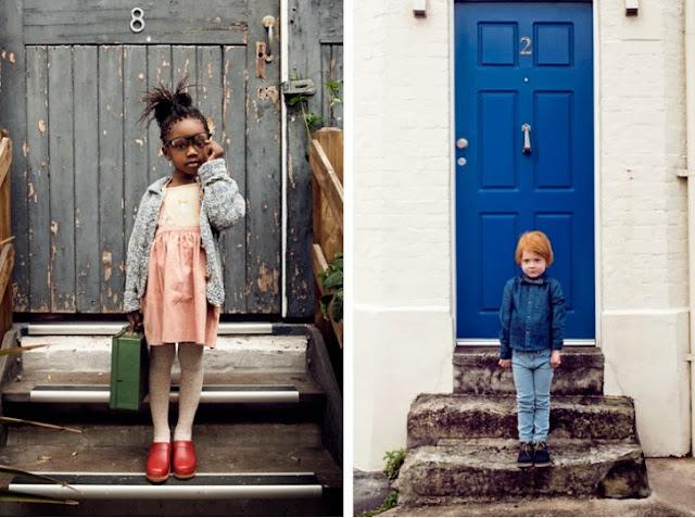 niños y puertas de colores