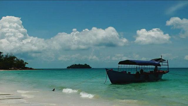 Embarcation sur une plage près de Sihanoukville au Cambodge