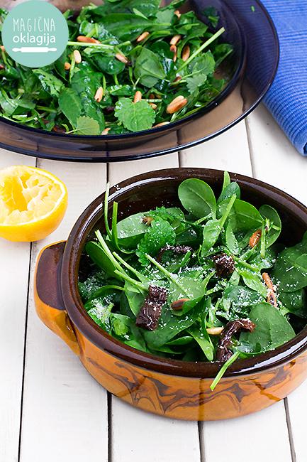Salata sa baby spanaćem i pinjolima - Magična Oklagija