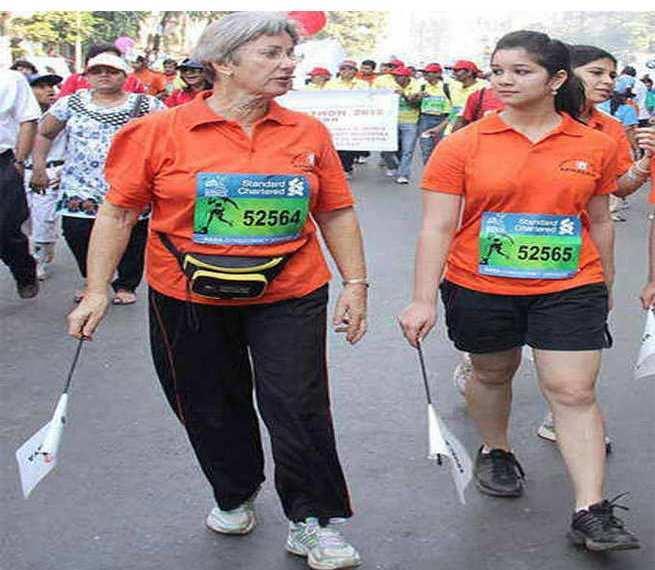 Sara Tendulkar during Mumbai Marathan, Sara Tendulkar in orange t-shirt at mumbai marathan