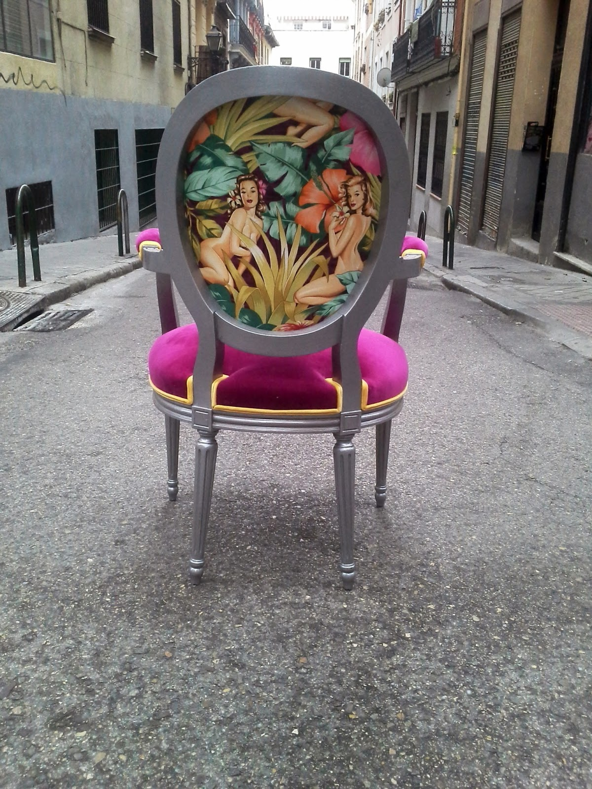 Silla luis xvi tapizada con tela de pin ups la tapicera for Como tapizar sillas antiguas