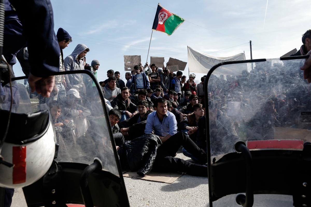 Επτά υπουργοί εκτάκτως στο Μαξίμου για το προσφυγικό – Χάος στην Ελλάδα