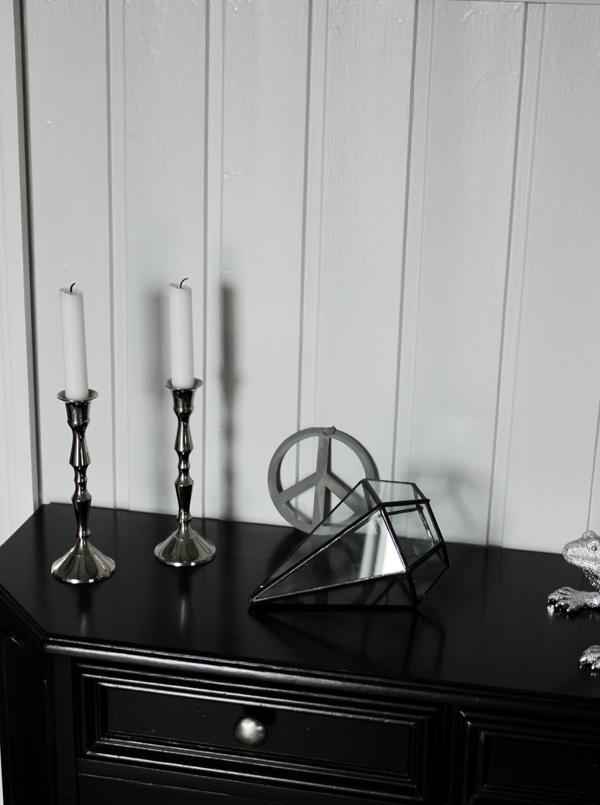 diamantformad inredning, diamant i inredningen, svart hallbyrå, peacemärke, inredningstips hall, hall i svart och vitt