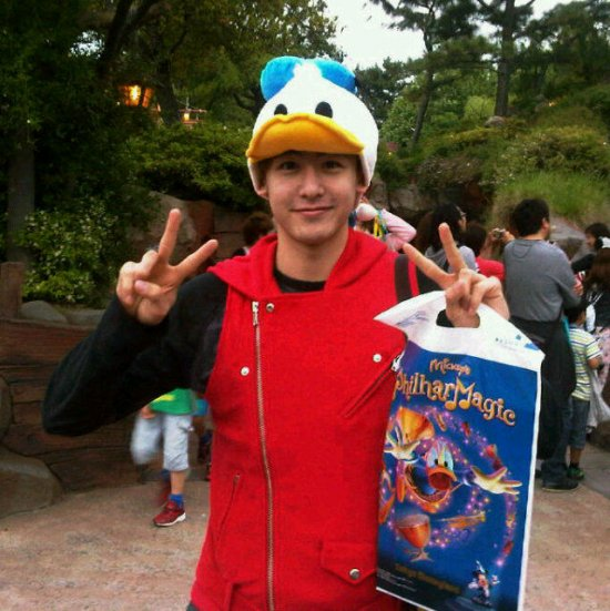 K-pop and korean drama: 2PM's Nichkhun Had Fun at Disneyland