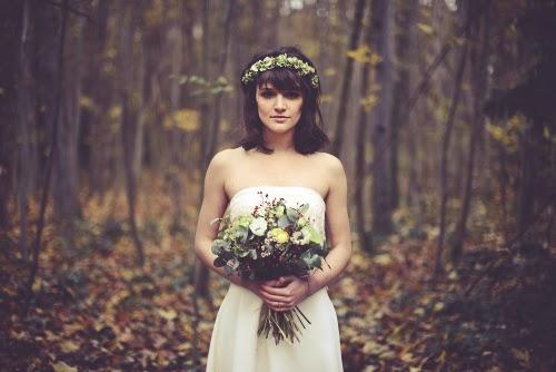 belle photo mariage robe de mariée dentelle inspiration mariage forêt automne païen bouquet fleur automnale
