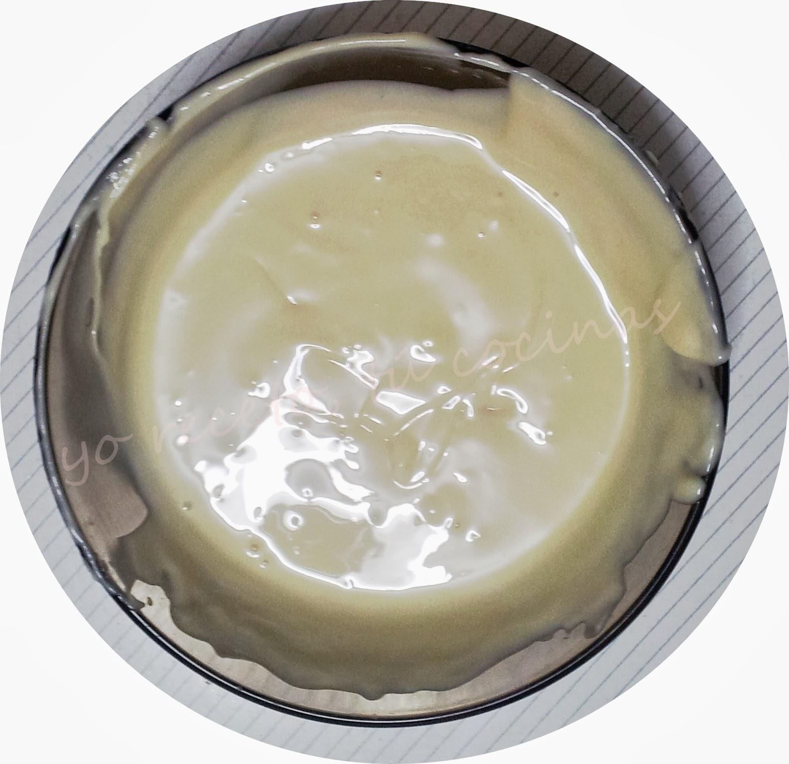 Baño Chocolate Blanco Para Tartas: una cazuela con agua a hervir y encima otra con el chocolate echado