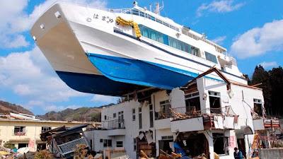 yate encima de una casa en japón luego del terremoto y tsunami