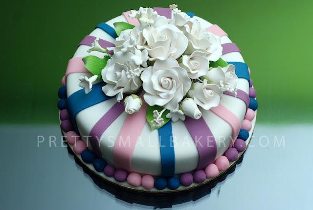 kek hantaran yang sangat cantik bertemakan bunga