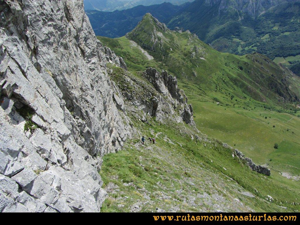 Ruta Tuiza Siegalavá: Bajando pegados a los murallones