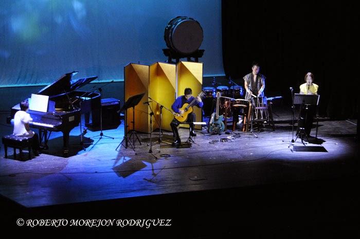 Presentación del Ensemble El Velero, compuesto por guitarras, clarinetes, piano y tambor tradicional japonés, durante la realización de la gala artística en ocasión de la celebración de los 400 años de amistad entre Japón y Cuba, realizada en el Teatro Martí, en La Habana, el 3 de octubre de 2014.