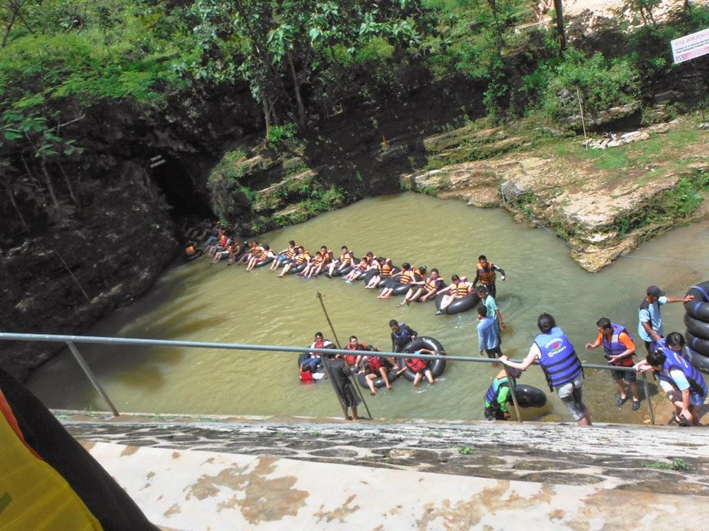 Para pengunjung keluar dari Goa Pindul