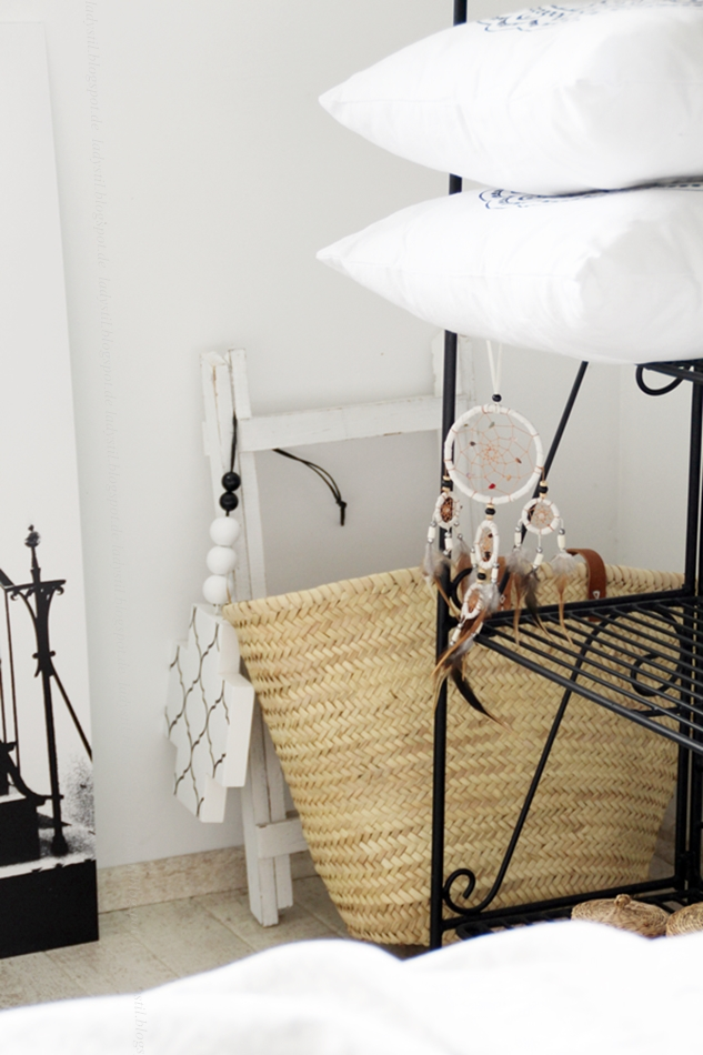 Interior Schlafzimmer Mit Ibizakorb Als Wohnaccessoires Und Cross Chain