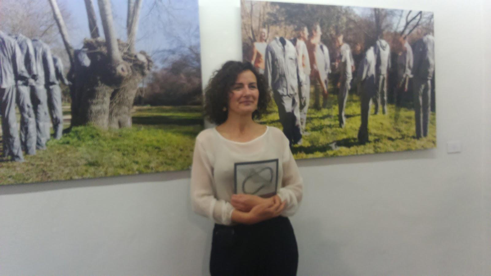 Marta Carballo delante de fotografías de su obra