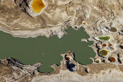Ribuan Lubang Muncul, Laut Mati Cepat Mengering