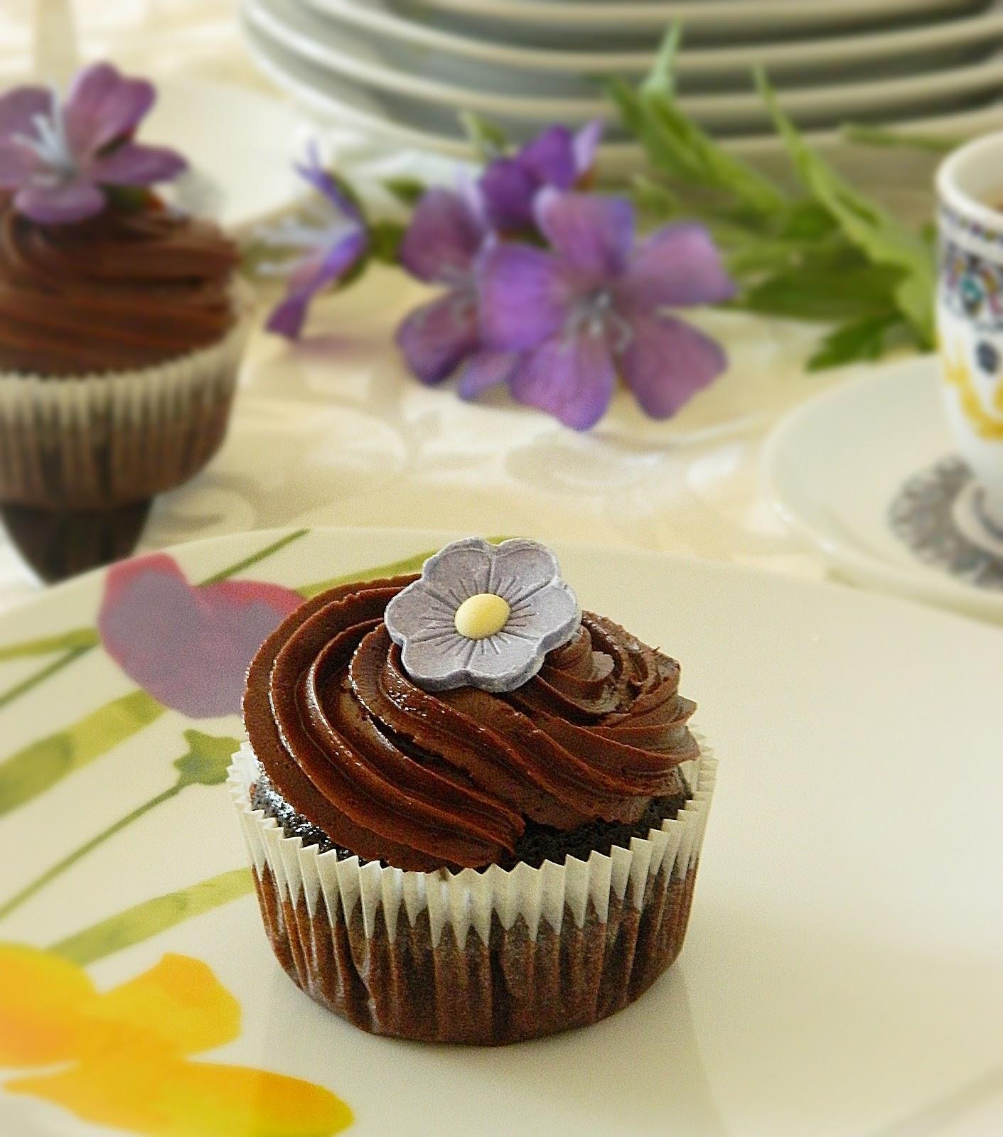 dr ola 39 s kitchen chocolate cupcakes with chocolate ganache frosting schokoladen muffins mit. Black Bedroom Furniture Sets. Home Design Ideas