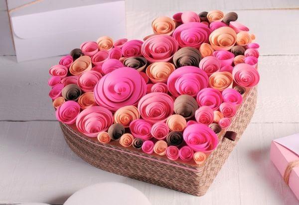 C mo decorar un coraz n con rosas de papel mimundomanual - Papel decorado para manualidades ...