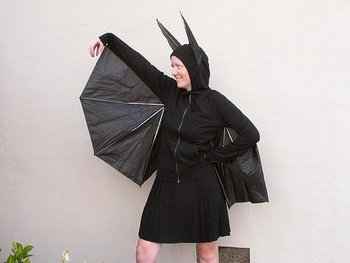 Disfraz de murciélago con materiales reciclados