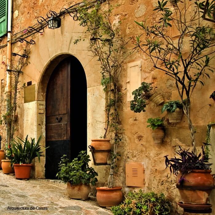 Fachada de casa antigua europea, puerta de acceso principal