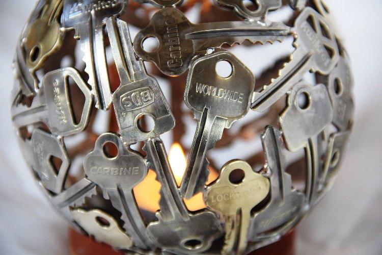 ديكور للإضاءة مصنوع من المفاتيح القديمة