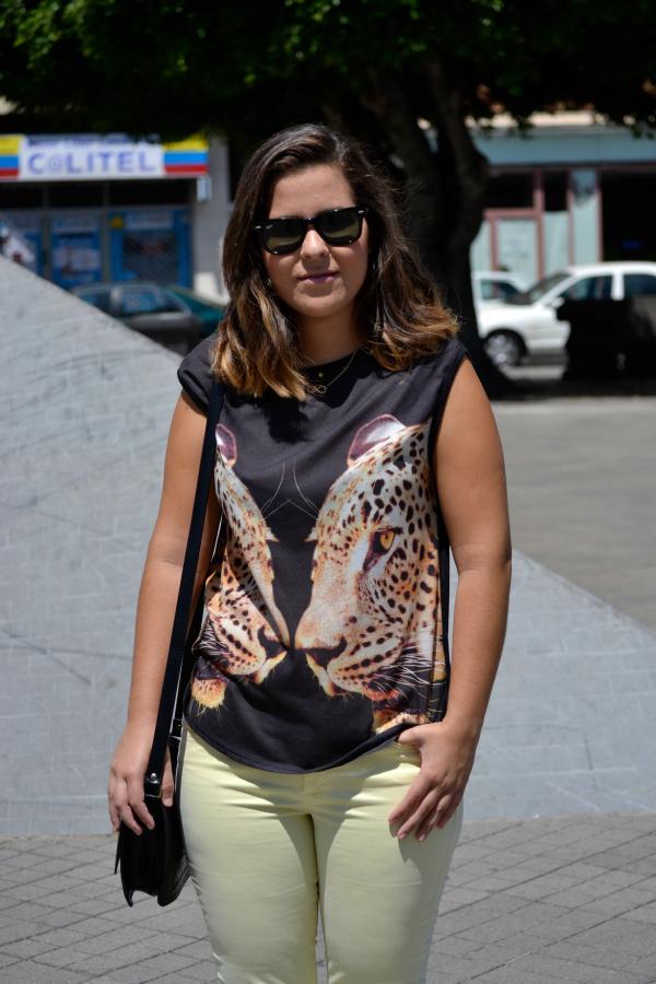look_outfit_pantalon_amarillo_camiseta_leopardo_colgante_símbolo_infinito_zapatos_pico_pinchos_Zara_nudelolablog_07