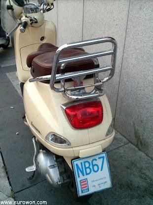 Moto coreana en Seúl con matrícula de Mónaco