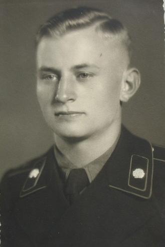 5 jeunes allemands capturés par les troupes américaines. Certains ne sont pas majeur, les cheveux longs sont a la mode !