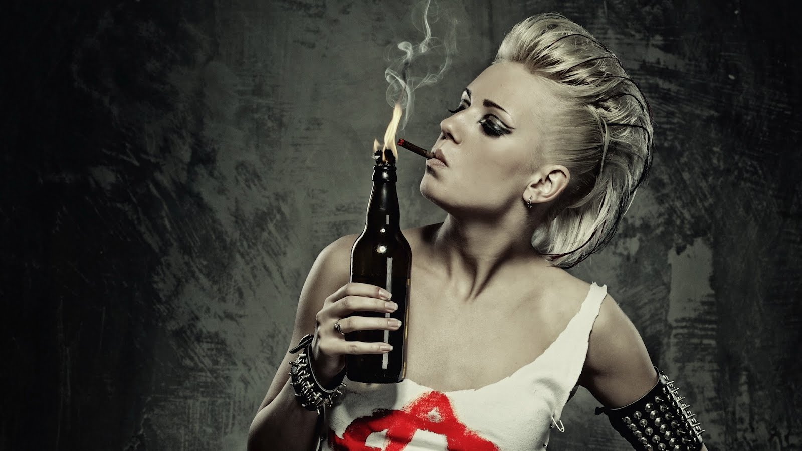 Пънк момиче си пали цигара от огнения коктейл, HD Wallpaper