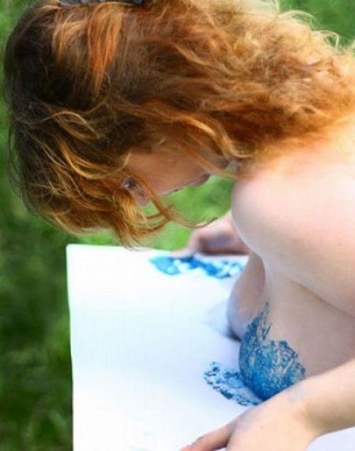 Esta artista rusa pinta cuadros con sus pechos!