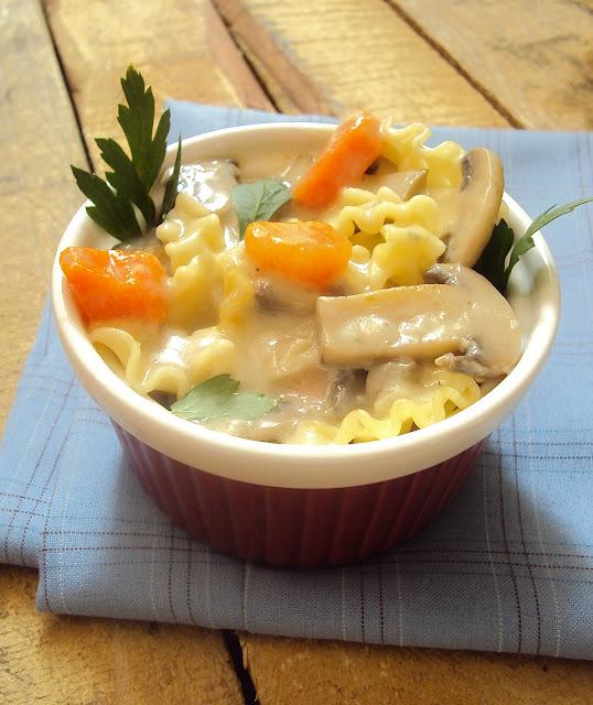 Zupa z pieczarkami, marchewką i makaronem.