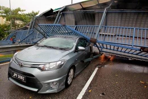 kereta yang dihempap jejantas yang runtuh