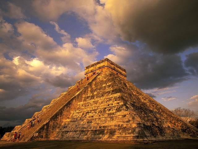 Pirámide de Kukulcán de noche
