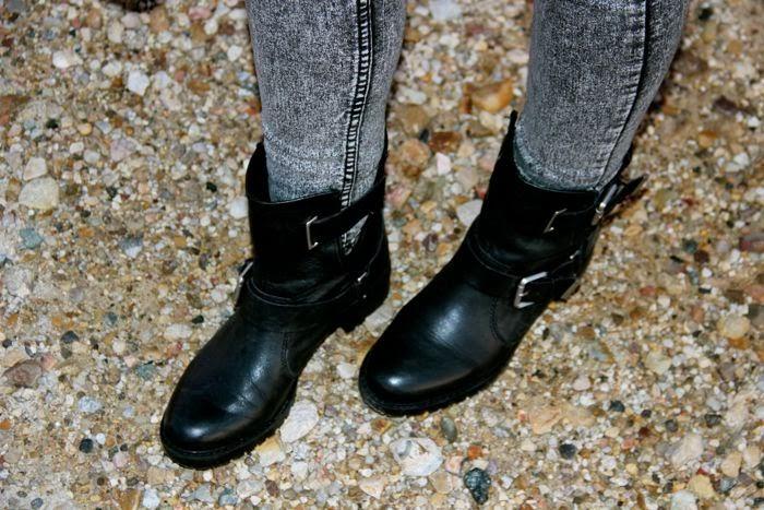 botas moteras y pantalon gris
