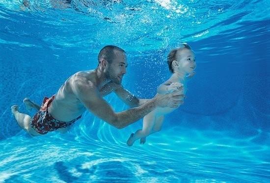 Tips melatih bayi untuk berenang dan manfaatnya