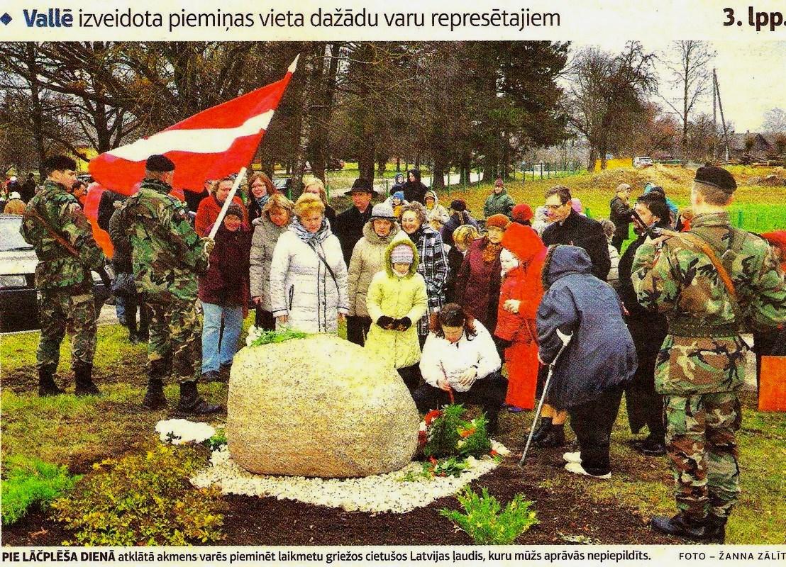 Vallē atklāj piemiņas akmeni represētajiem ( 2012. gada 11. novembrī )