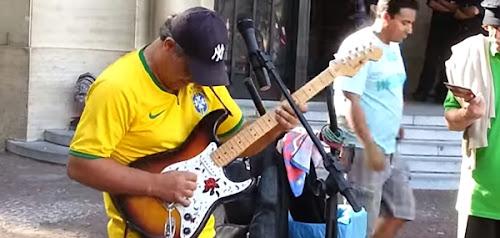 Artista de rua Brasileiro fazendo cover de Dire Straits