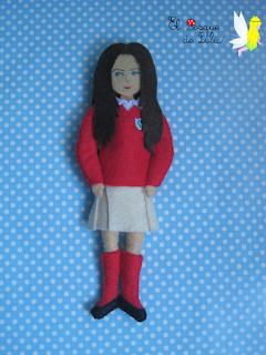 muñeca-personalizada-fieltro-niña-uniforme-colegio-cuadro-decorativo-decoración-personalizada-elbosquedelulu-hechoamanoparati