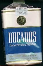 cigarrillos negros Ducados en su paquete clásico de color azul y blanco
