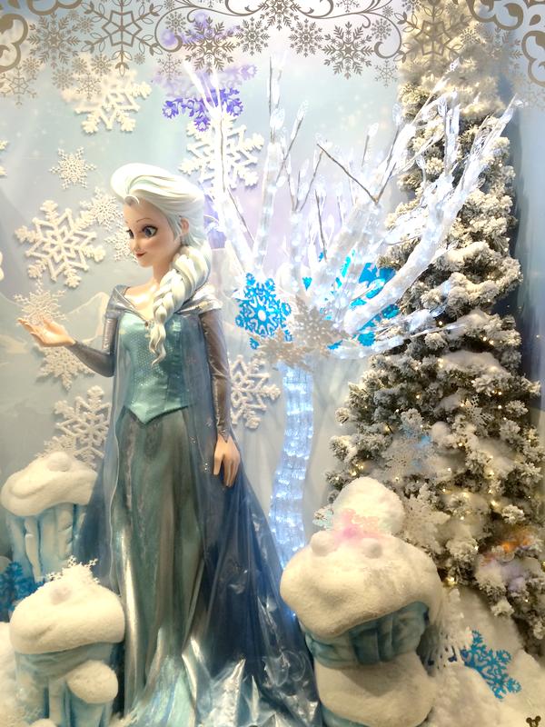 Elsa est magnifique, je ladore en Reine des Neiges. Je trouve ça dommage quil ny ait pas plus de goodies sur la Reine des Neiges justement,