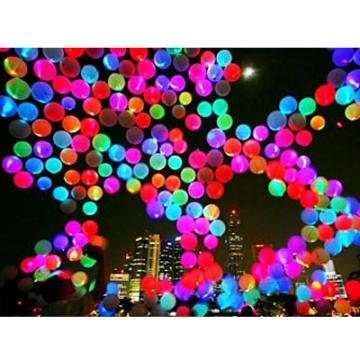 attachez un fil de nylon au ballon et un petit poids glissez le poids dans leauvotre ballon survolera la surface de leau le plus dur trouver el bon - Lacher De Ballon Lumineux Mariage