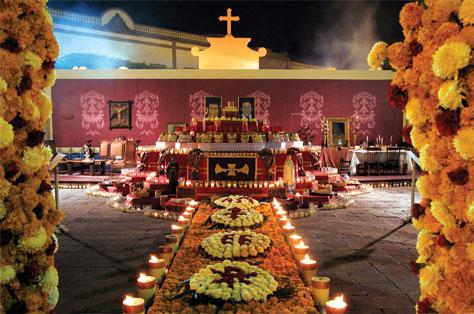 de colocar altares para nuestros muertos en México viene de ...