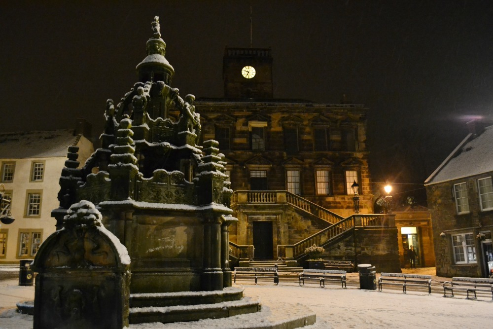 linlithgow town hall monument night snow