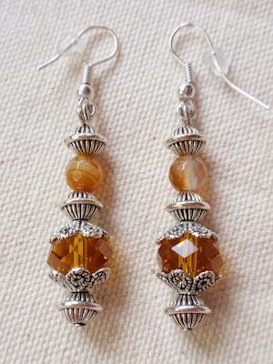 Pendientes artesanales elaborados en cristal color ambar y abalorios plateados