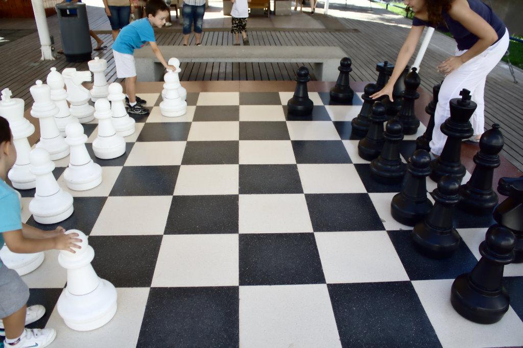 Actividades para peques y papas el ajedrez y los ni os for Ajedrez gigante para jardin