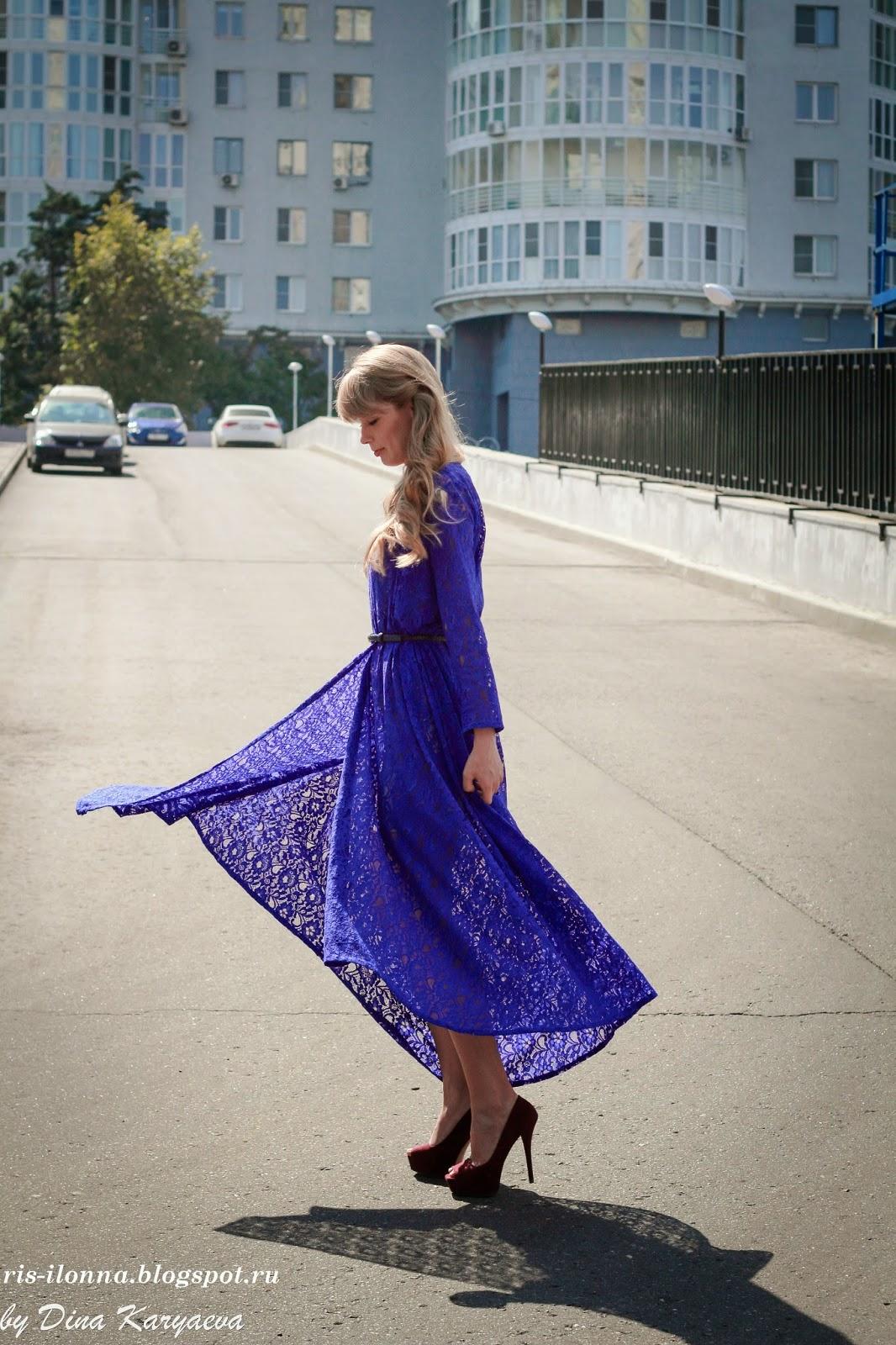 Задирает платье