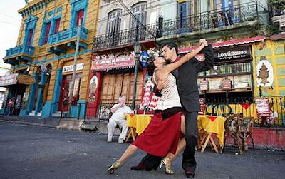 Bailando un Tango en el barrio de la Boca en Buenos Aires