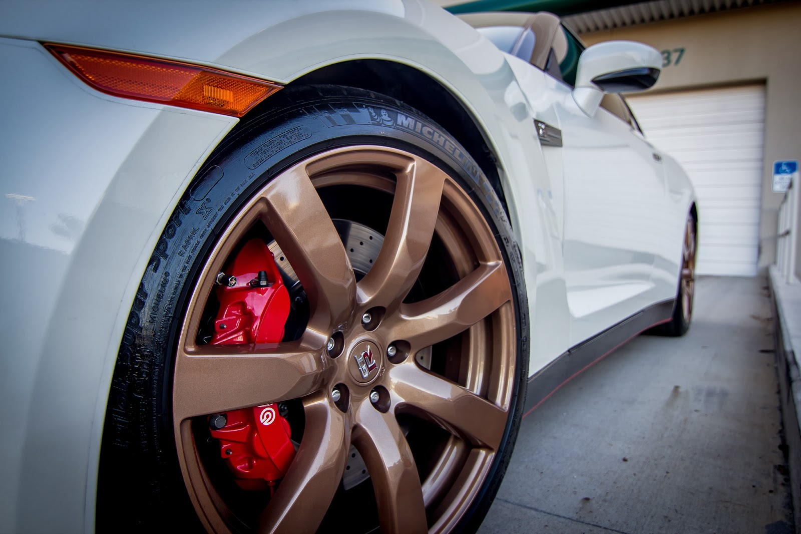 2010 Nissan GTR Gold Rims and Red Calipers