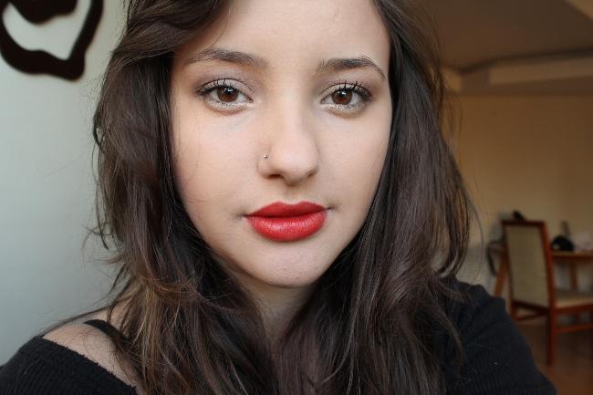 Makeup classicó batom vermelho e olhos neutros