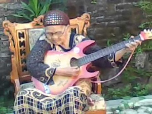 Foto nenek lagi main gitar lucu, gambar unik